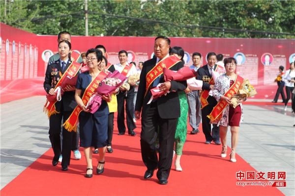 参加发布仪式的身边好人步入会场。记者 张辰 摄.jpg